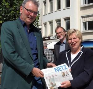 Sozialministerin Rundt- Martin Fischer LAK (li) und Thomas Schremmer (MdL Grüne) präsentieren die NETZ Nr. 4