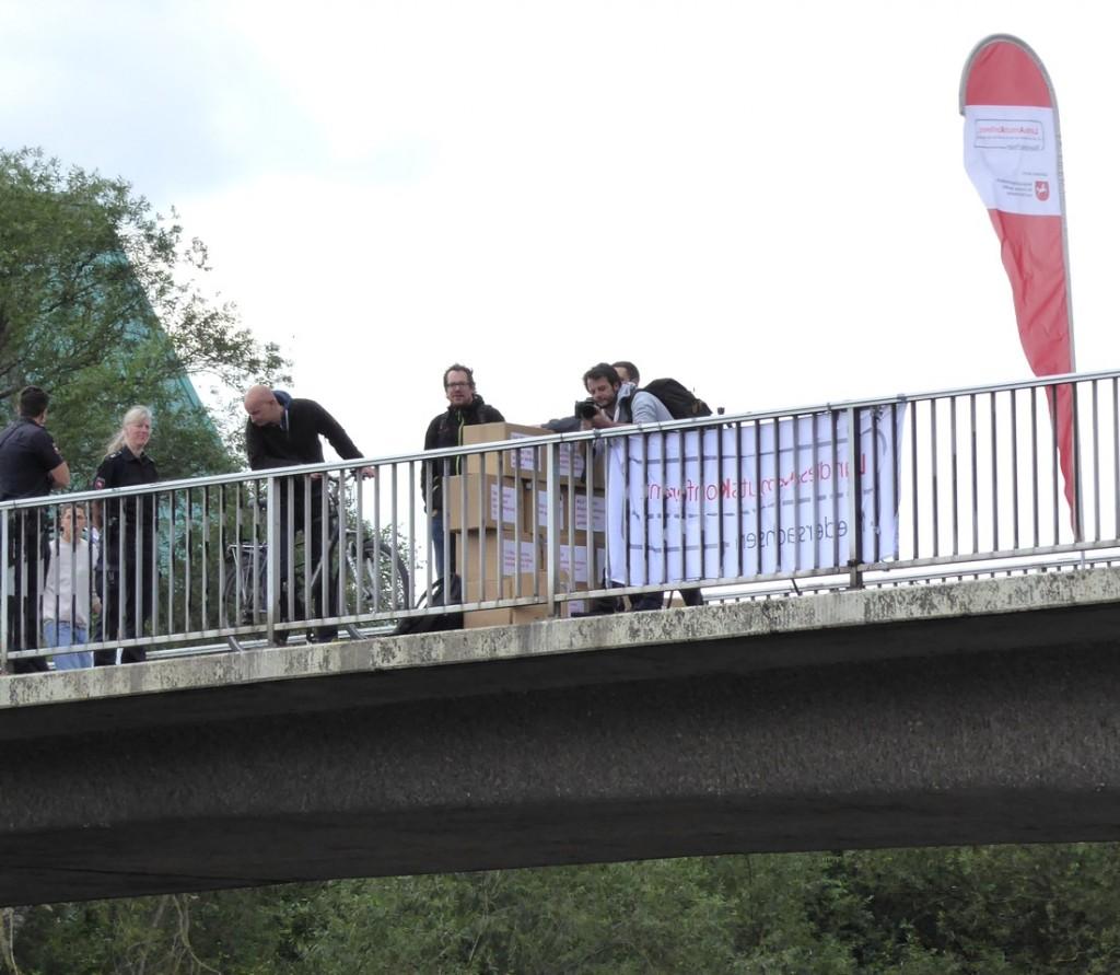 5-Brücke mit LAK Banner und LAK Sprecher Niggemeyer